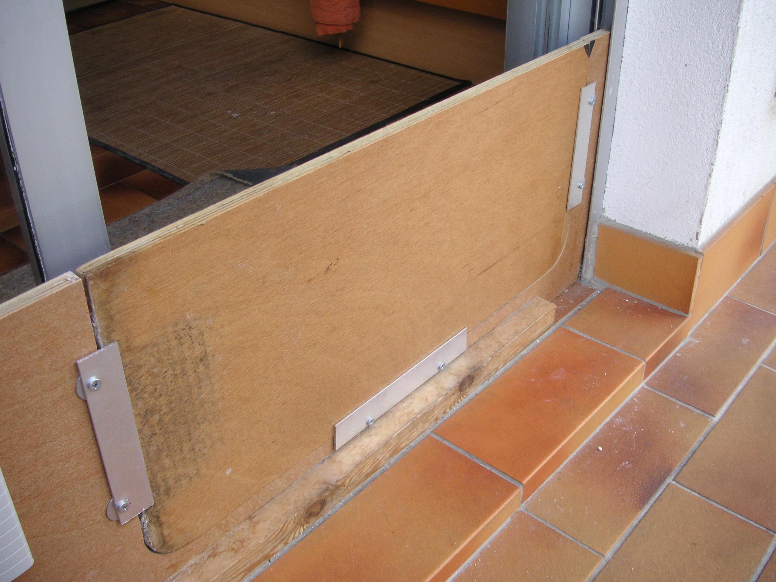 comment fabriquer une chatière de fenêtre sans découper la vitre ... - Comment Installer Une Chatiere Dans Une Porte En Bois